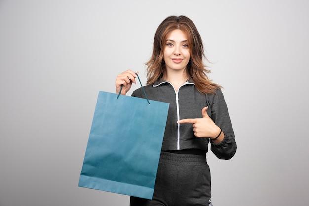 Wizerunek młodej kobiety na torbie sklepowej