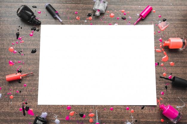 Wizerunek mockup na drewnianym tle z gwoździ połysk. miejsce na napis w temacie kobiecym. copyspace z różnymi lakierami do paznokci. dziewczęcy efektowny obraz flatlay