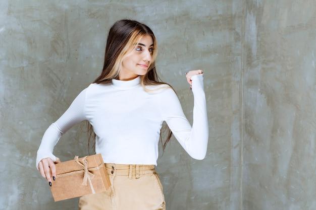 Wizerunek modelu dziewczyna trzyma papier na kamieniu