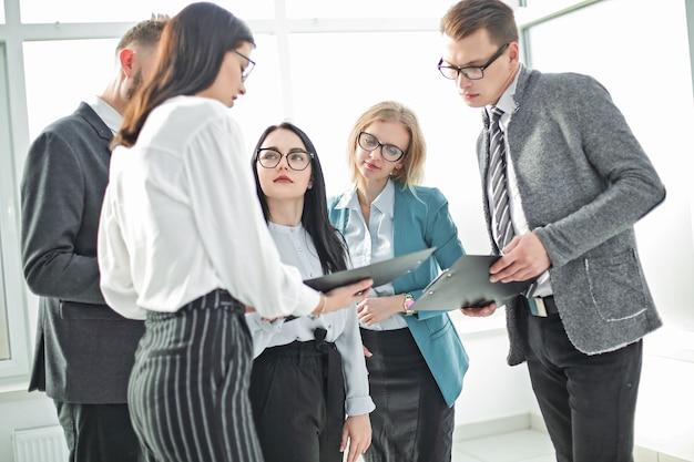 Wizerunek nowoczesnego zespołu biznesowego omawiającego nowe pomysły