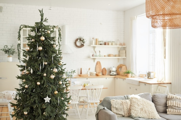 Wizerunek pięknej choinki stojącej w salonie w domu