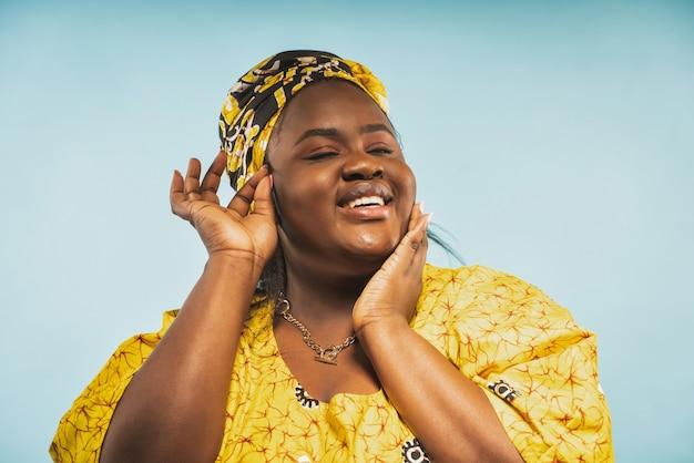 Wizerunek pięknej kobiety z afryki noszącej tradycyjne stroje