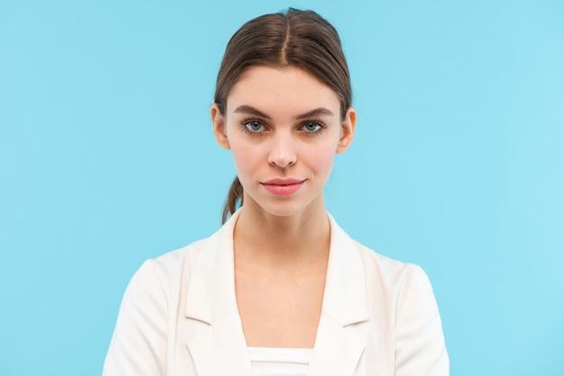 Wizerunek pięknej młodej kobiety pozowanie na białym tle.