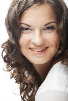 Wizerunek pięknej młodej kobiety z kręconymi włosami