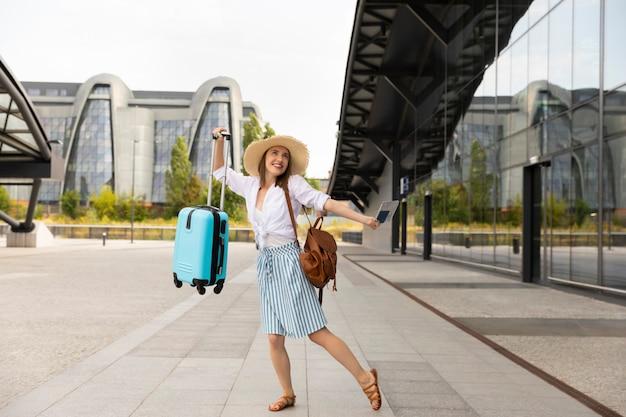 Wizerunek podekscytowany młody ładny kobieta turysty pozować.