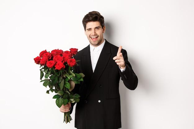 Wizerunek przystojny romantyczny facet w czarnym garniturze