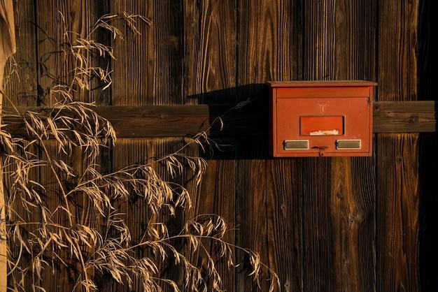Wizerunek stary drewniany, suchy bambus i postbox tekstury tło