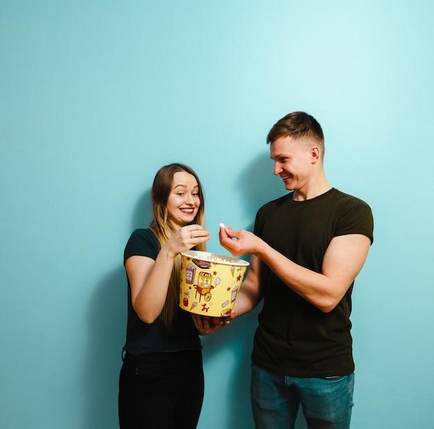 Wizerunek szczęśliwi przyjaciele odizolowywał mienie wystrzału kukurydzanego zegarka film.