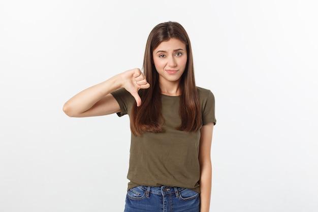 Wizerunek urażona kobieta z długim ciemnym włosy pokazuje kciuki zestrzela odosobnionego nadmiernego szarość.