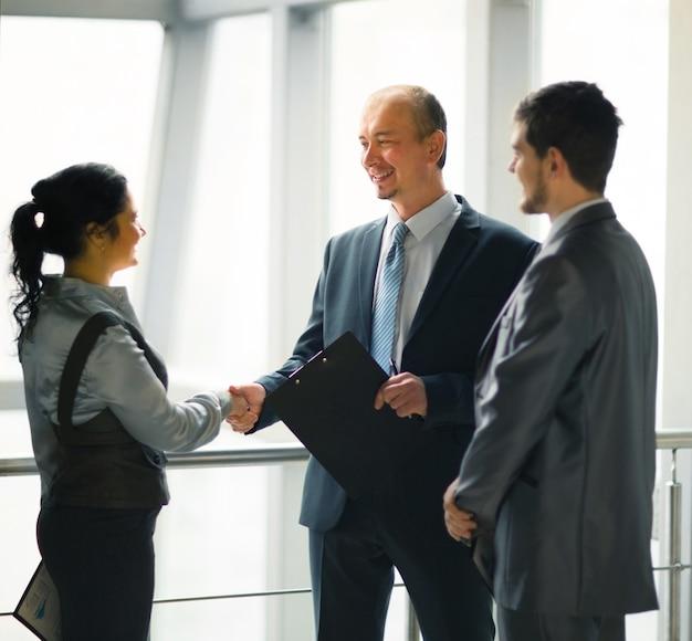 Wizerunek zespołu biznesowego omawiającego najnowsze wyniki finansowe
