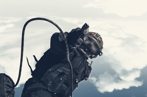 Wizerunek żołnierza jednostki specjalnej skaczącej z helikoptera. koncepcja wojskowa. antyterroryzm. różne środki przekazu