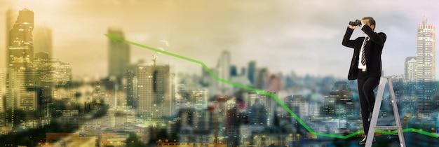 Wizja biznesowa patrząc w przyszłość z lornetką do sukcesji kluczy wyszukiwania, miasto z panoramą