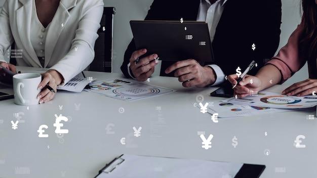 Wizja koncepcyjna ludzi biznesu na spotkaniu pracowników firmy