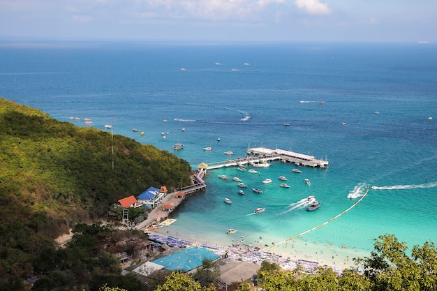 Wizyta turystyczna i łódź motorowa zatrzymują się na plaży w koh lan, ponieważ plaża jest najpiękniejsza.