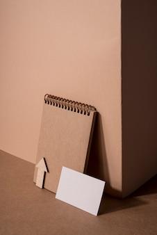 Wizytówka drewniana notatnik i artykuły papiernicze