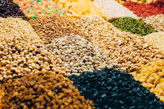 Wizytówka orientalnego bazaru z dużą ilością orzechów, słodyczy i suszonych owoców
