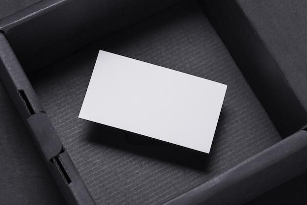Wizytówka wewnątrz pustego czarnego pudełka