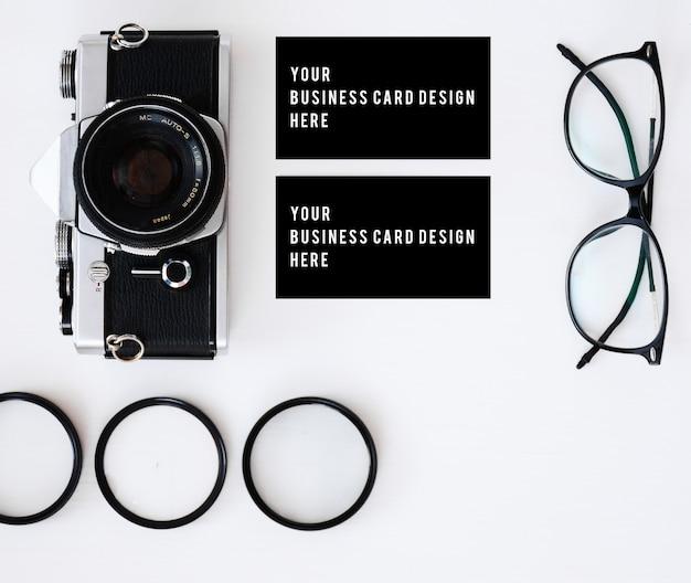 Wizytówka ze starą kamerą filmową i obiektywami z filtrami i okularami