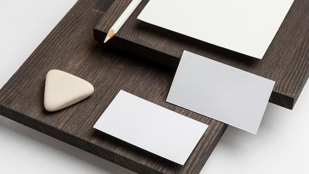 Wizytówki i gumka na nowoczesnym stojaku drewnianym