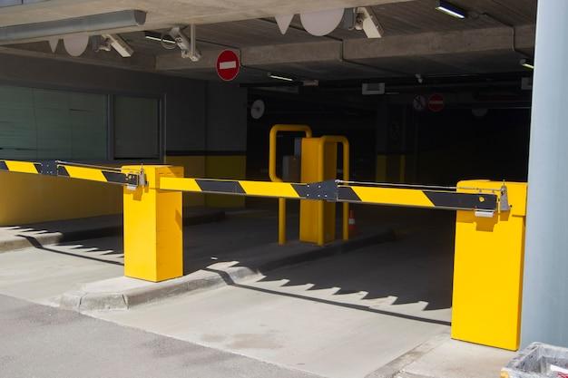 Wjazd do wielopoziomowego podziemnego garażu samochodowego