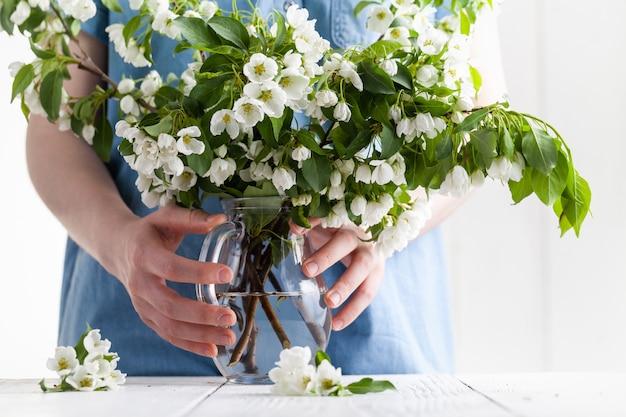 Wkładanie kwitnącej gałązki do wazonu