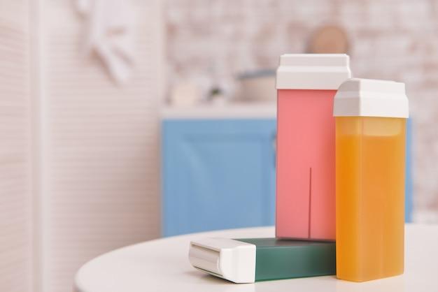 Wkłady woskowe rozpuszczalne w tłuszczach na stole w łazience