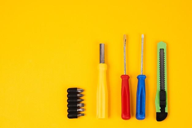 Wkrętaki i narzędzia budowlane na białym tle