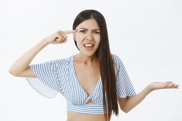 Wkurzona i zirytowana dziewczyna kłóci się