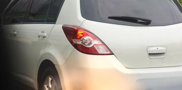 Włącz tylne światło sygnalizacyjne z tyłu samochodu