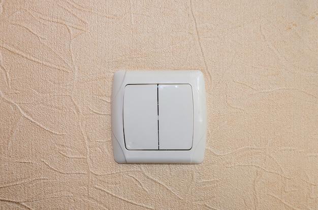 Włącznik na ścianie w pokoju