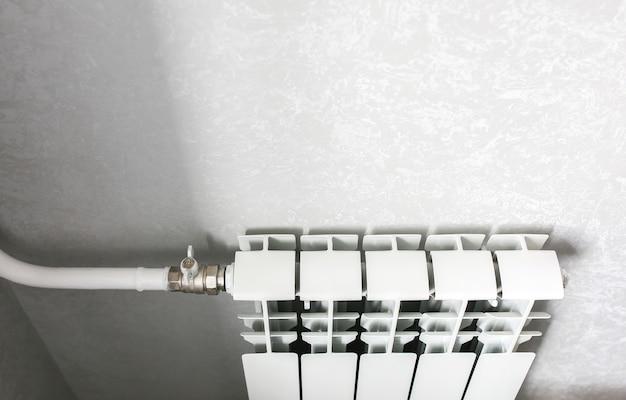 Włącznik przedłużacza w ramach prac remontowo-konserwacyjnych. gniazda elektryczne. naprawa w mieszkaniu.