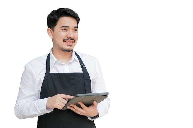 Właściciel biznesmena na bliskim wschodzie trzyma cyfrowy tablet na białym tle