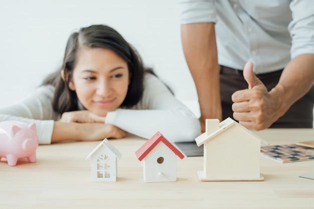 Właściciel domu i architekt omawiający wybór
