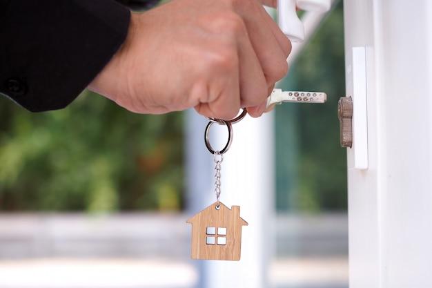 Właściciel domu otwiera klucz do nowego domu