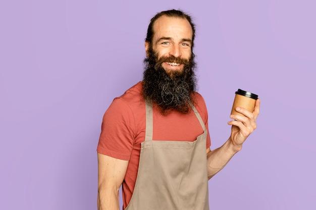 Właściciel firmy mężczyzna trzyma filiżankę kawy