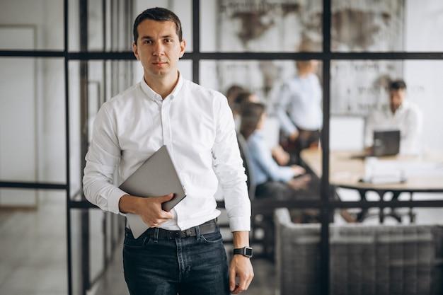 Właściciel firmy mężczyzna w biurze