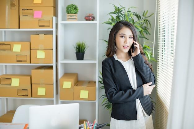 Właściciel firmy pracujący w domowym biurze