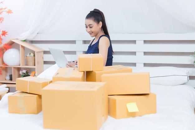 Właściciel firmy pracujący z pudełkami