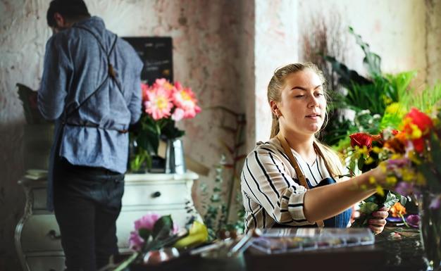 Właściciel firmy prowadzącej działalność gospodarczą w kwiaciarni