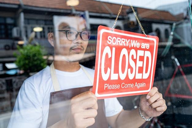 Właściciel małego sklepu biznesowego przyszedł, aby zamknąć sklep.