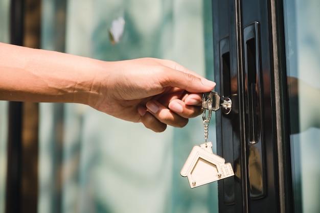 Właściciel odblokowuje dom za pomocą klucza