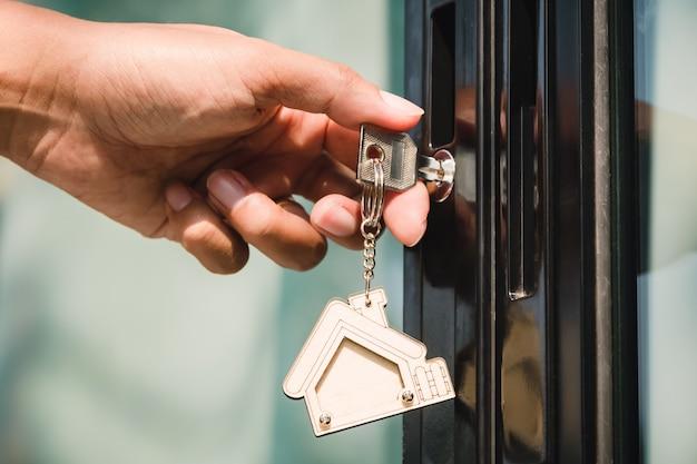 Właściciel odblokowuje klucz do nowego domu
