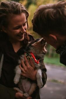 Właściciel og trzyma szczeniaka na rękach