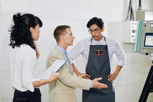 Właściciel producenta rozmawia z partnerem biznesowym