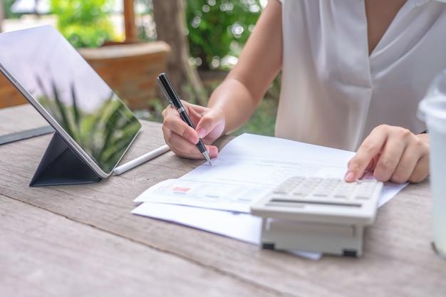 Właściciel siedzi na rocznym obliczeniu podatku bransoletki od obrotu aby zmniejszyć podatek.