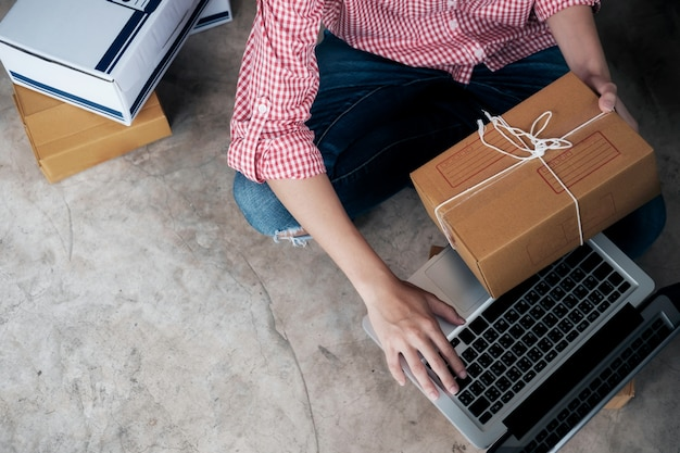 Właściciel sprzedającego online przy użyciu komputera do sprawdzania zamówień klientów.