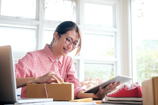 Właściciel sprzedawcy online. onlineline shopping.