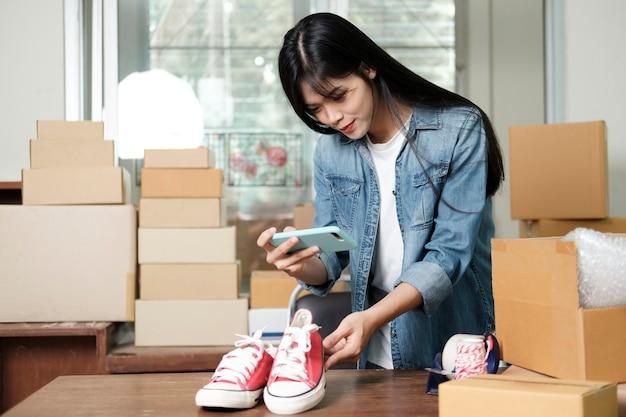 Właściciel sprzedawcy online robi zdjęcie produktu do przesłania do sklepu internetowego na stronie. sprzedaż online, zakupy online i koncepcja e-commerce.