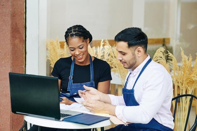 Właściciele piekarni sprawdzają rachunki