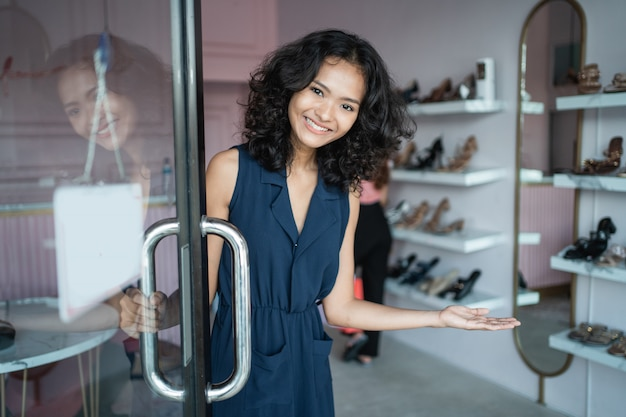 Właścicielka azjatyckiego sklepu mody w jej butiku